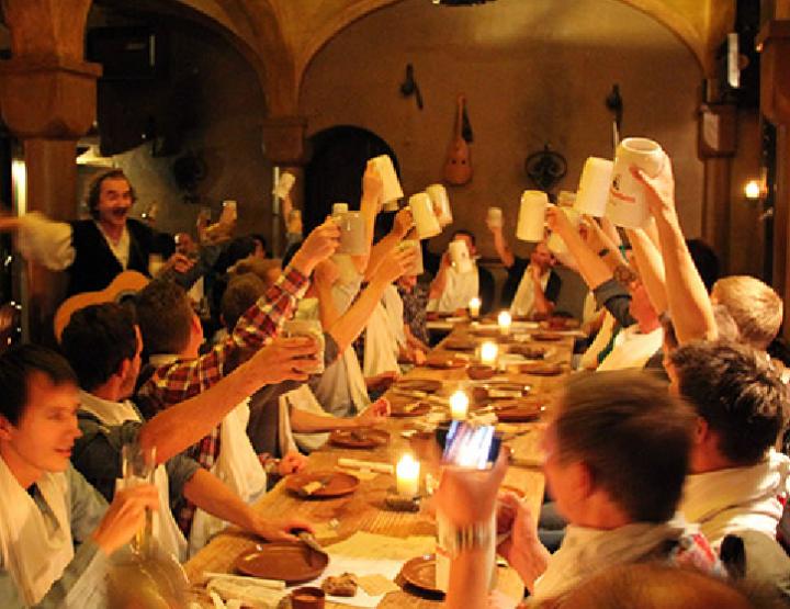 Bar è ristorante tip Berlin | Tavula tonda - Manghjate cum'è i cavalieri in u Medievu