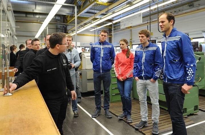 Mercedes-Benz Auszubildende zeigen Olympiasiegern die Aufgaben der verschiedenen Ausbildungsberufe