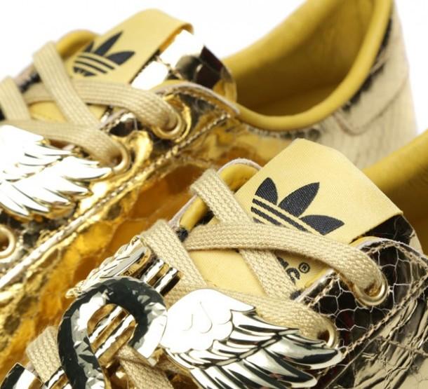 "Die neusten Sneaker Starts 2014 - Adidas ObyO x Jeremy Scott Rod Laver ""Metallic Gold"