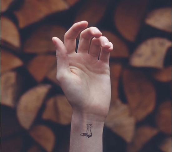Künstler im Fokus | Austin Tott - Minimalistische Tattoos kreativ eingebunden