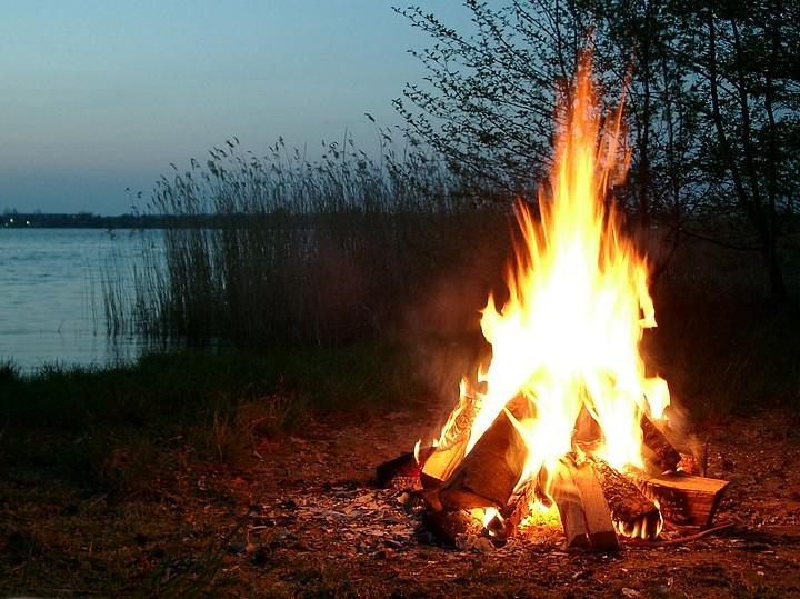How to Survive: Ein Lagerfeuer machen