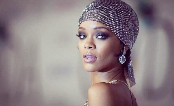 Mode- und Popikone Rihanna emfängt CFDA Award im megaheißen, Swarovskistein besetzten Kleid