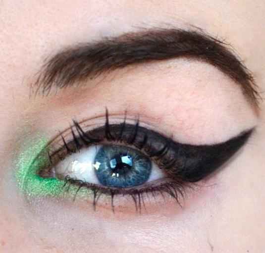 Styling- und Beauty-Tipp Berlin | Dicker Cat Eyeliner mit einem Flecks Farbe