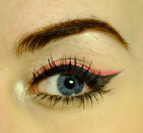 Styling- und Beauty-Tipp Berlin | Double Wing: roter & schwarzer Eyeliner