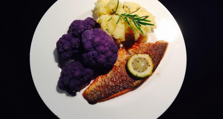 Haute Home Cuisine: Wolfsbarschfilet neben rosa Blumenkohl und Muskatkartoffelstampf