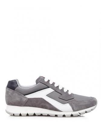 Menswear: Grau-weißer Prada Sneaker