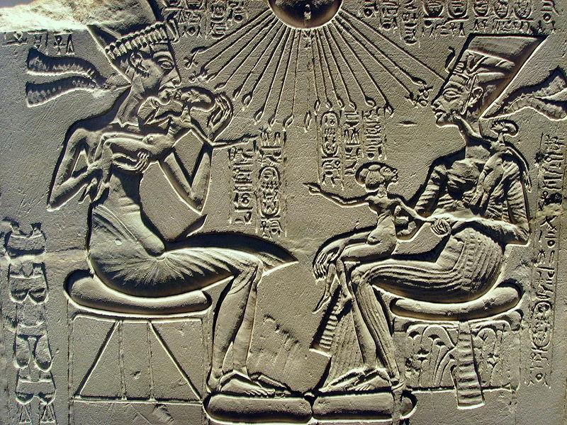 800px-Akhenaten,_Nefertiti_and_their_children