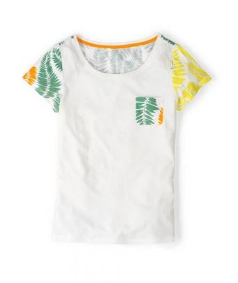 T-shirt with a tropical pattern in summery colors