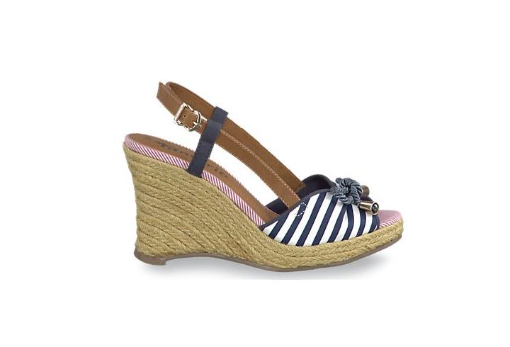 Schuhe im Marine-Look