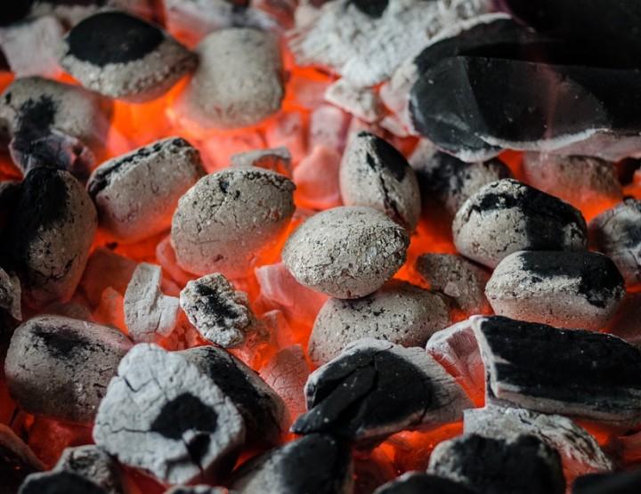 Mit nacktem Fuß über heiße Kohlen