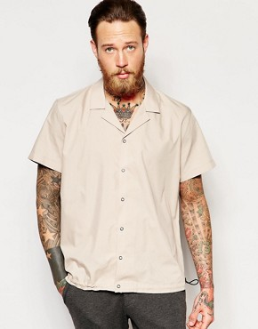 ASOS - Lapel collar shirt with elastic hem and regular fit - Camel
