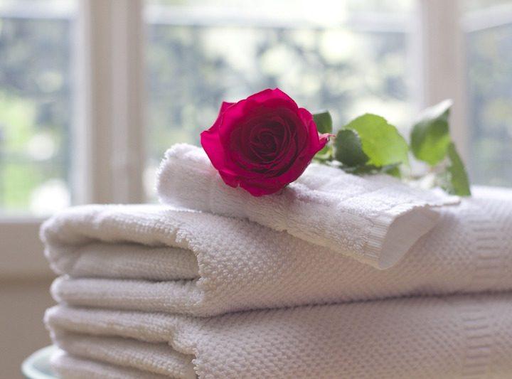 Dimenticà u corpu è a mente cun un bagnu di fiore di rosa DIY
