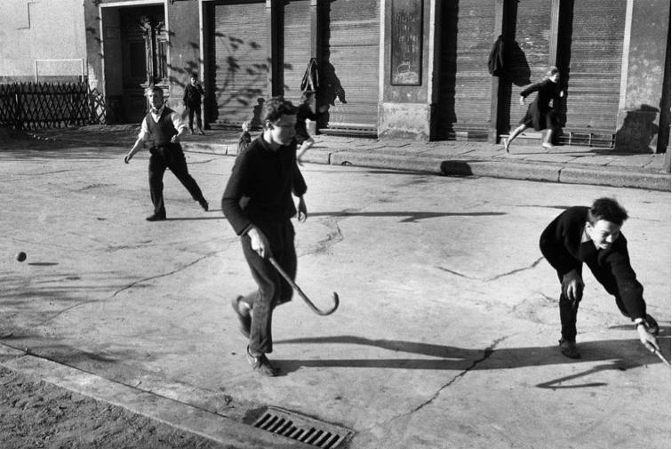 Beim Hockeyspiel, Ostberlin, 1963 © bpk, Kunstbibliothek, Staatliche Museen zu Berlin, BERNARD LARSSON