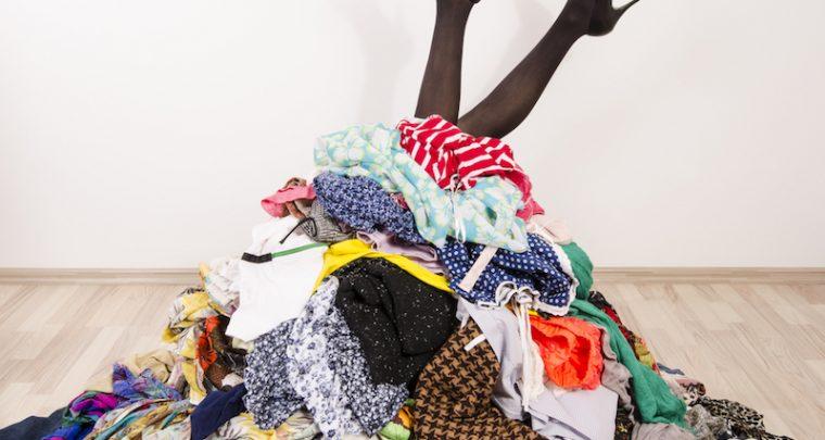 Einfach einmal richtig ausmisten und mehr Platz im Kleiderschrank schaffen