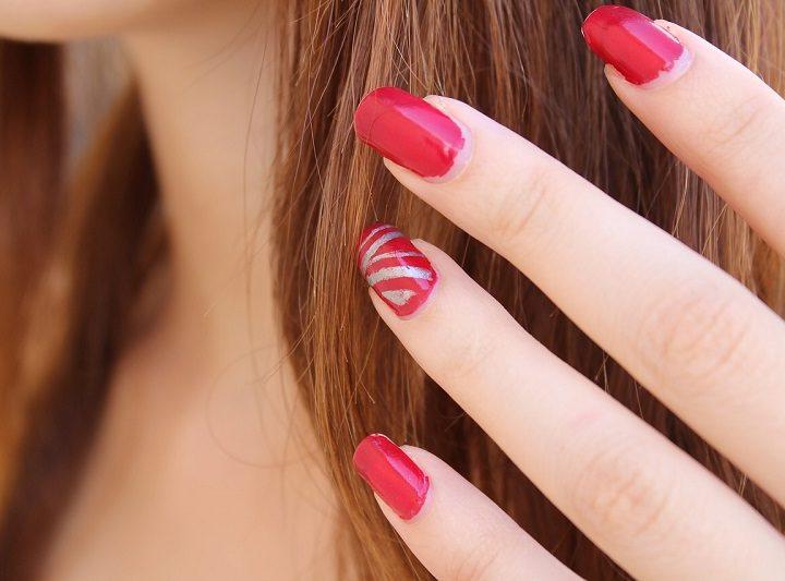 Geometrische Muster auf den Fingernägeln